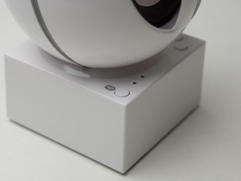 台座部分にボリュームボタンとペアリングボタンを搭載。動作状況を知らせるランプも搭載している