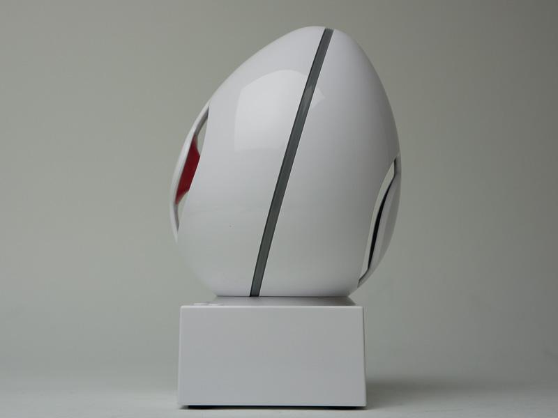 剛性の高い卵型スピーカーが、台座に乗っているようなフォルム。スピーカーは若干上向きで、机などに設置した時に、リスナーの耳へ音を直接届けるようになっている