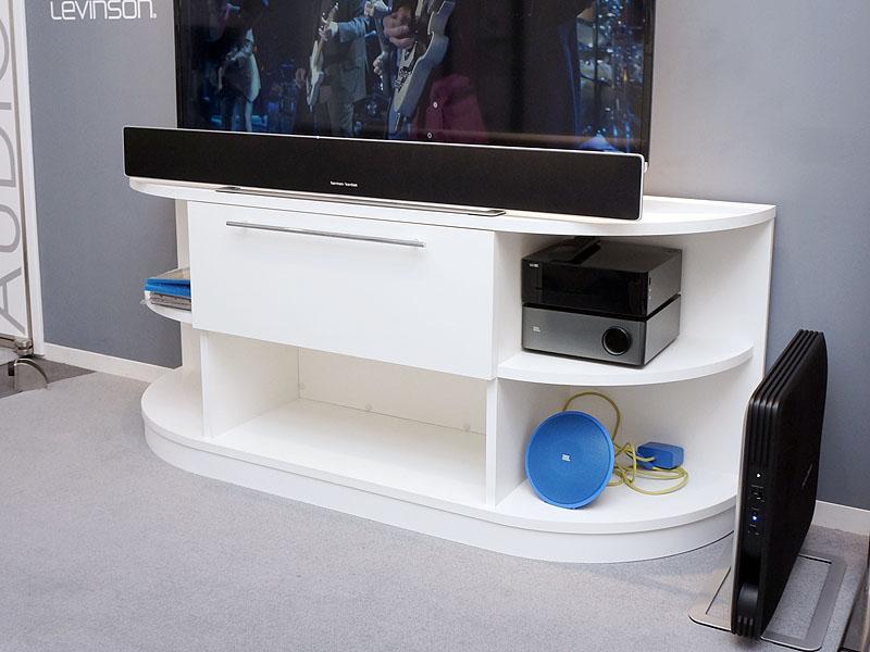 テレビの前にあるのが薄型サウンドバー、右端が薄型のワイヤレスサブウーファ。この2つで「SABRE SB35」システムとなる