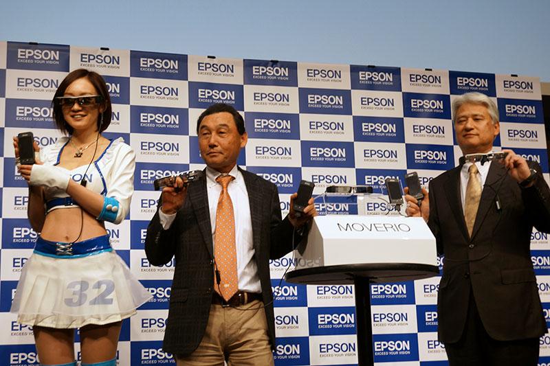 左からレースクイーンの橋本 雪乃さん、ナカジマレーシング 中嶋悟監督、エプソン販売平野精一社長