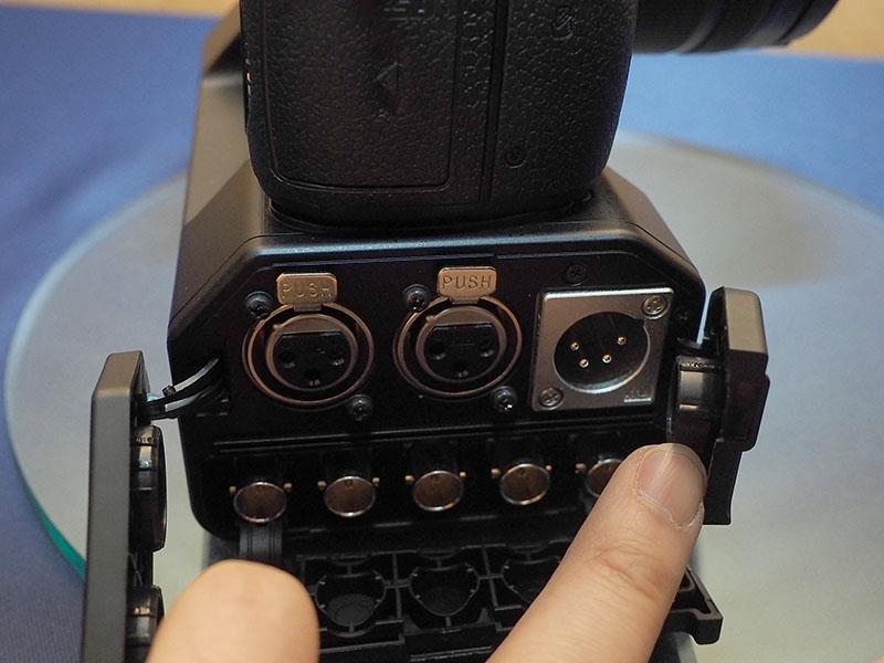 インターフェイスユニットには、SDI出力やXLR入力などを備える