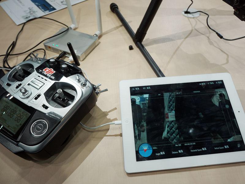 カメラからHDMIで取り出した映像を、iPadに送信するソリューションも参考展示された