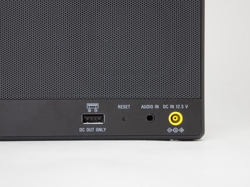 背面。アナログ入力や「おすそわけ充電」用USB端子を備えている