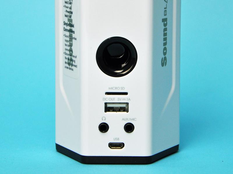 背面下部にmicroSDカードスロットやアナログ音声出力・入力端子などを備える