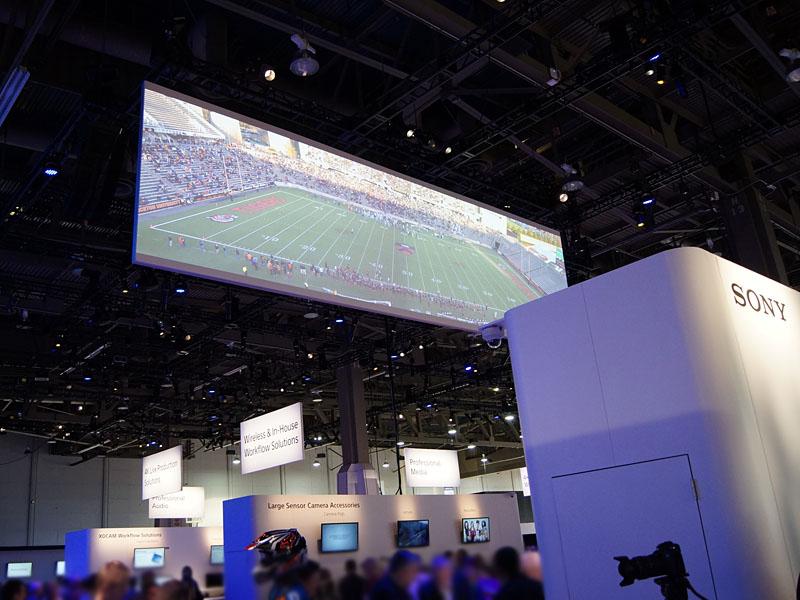 8K×2Kの巨大スクリーンでお出迎えのソニーブース