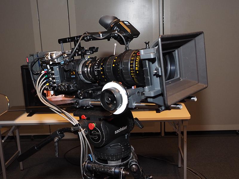 上映中の大型ビジョンを、4KカメラのF55で撮影してモニタ「PVM-X300」などにリアルタイム表示するデモも行なった