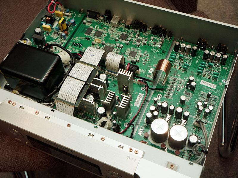 左がNA7005、右がNA8005の内部。NA7005の基板は2階建て構造になっている部分があるが、「2階建てになると干渉が難しくなり、アースポイントも複雑化するのでできれば一枚基板が理想的」(澤田氏)との事から、NA8005では一枚基板が採用されている。