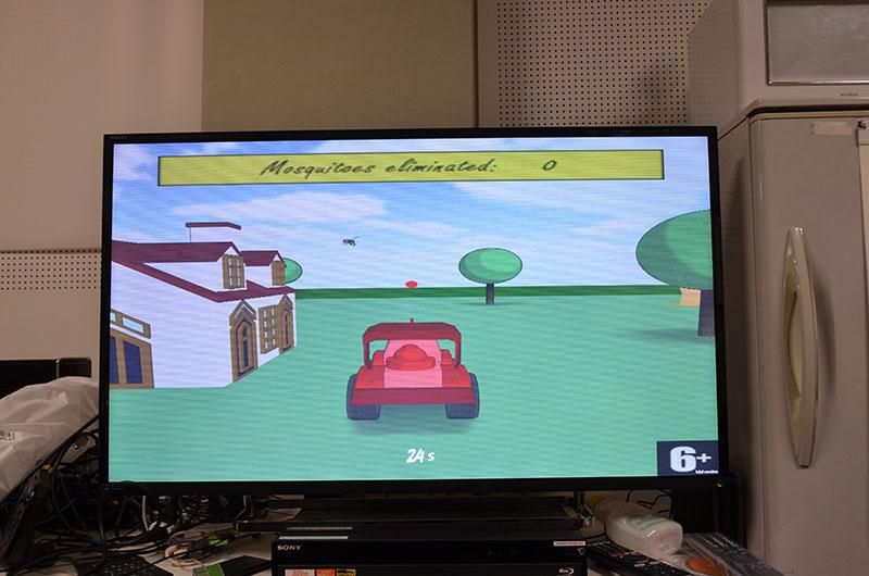 殺虫剤でハエを撃ち落とすゲームの映像が、メガネを掛けると銃搭載車で戦闘ヘリを撃ち落とすゲームに大変身。こんな面白い表現もExPixelならば可能になる