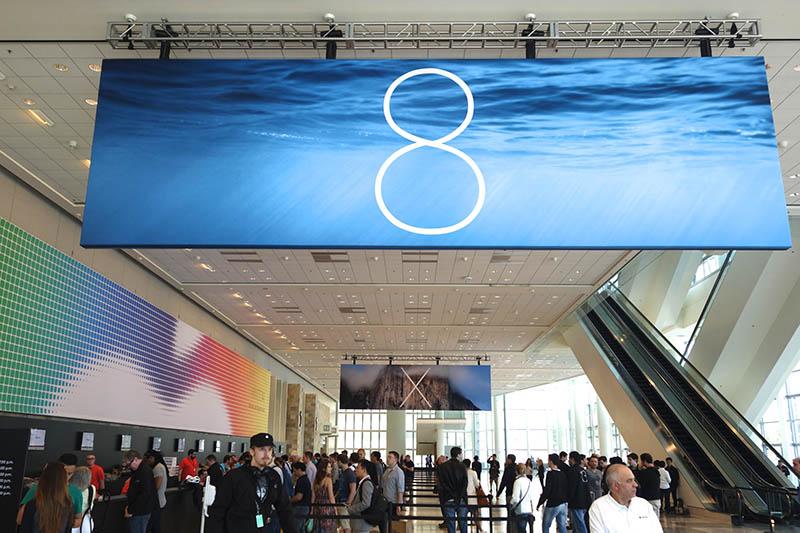 会場の垂れ幕は「8」と「X」。「OS X」と「iOS 8」をアピールしていた