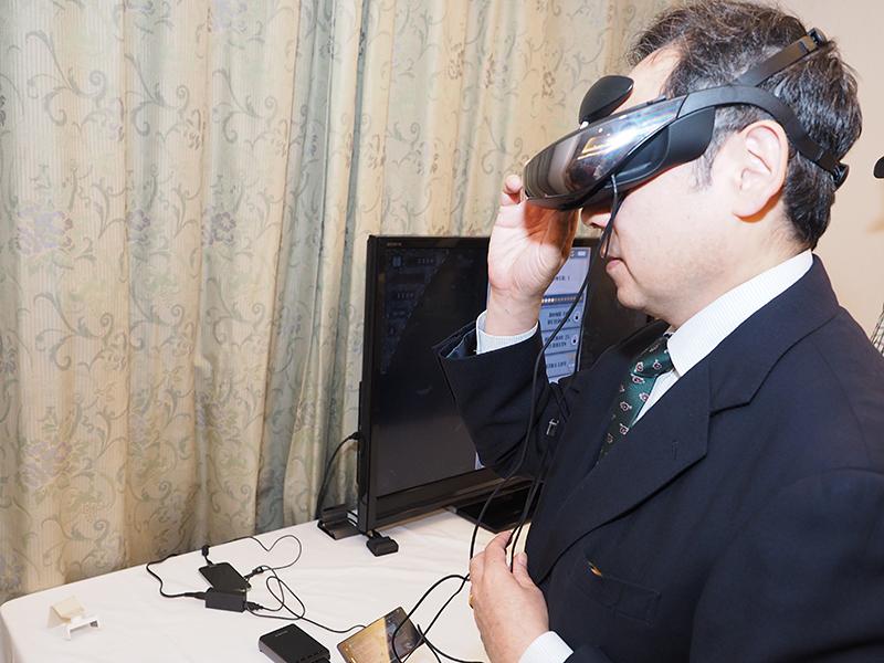 ソニーのヘッドマウントディスプレイで、MHL接続したスマホの動画やゲームを楽しめる。接続したスマホの充電も可能