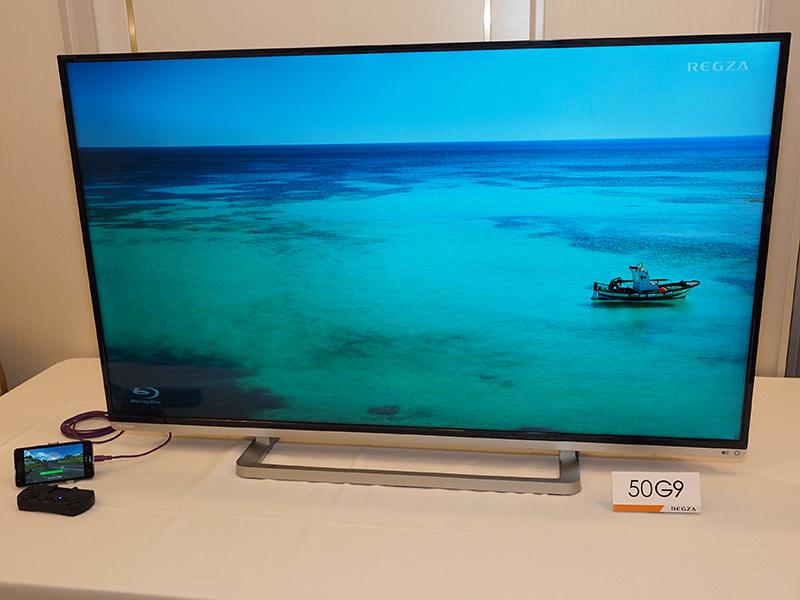 シャープのAQUOSクアトロン プロのXL10シリーズ(左)や、東芝REGZA「50G9」(中央)で、スマホのゲームや動画を楽しむというデモ