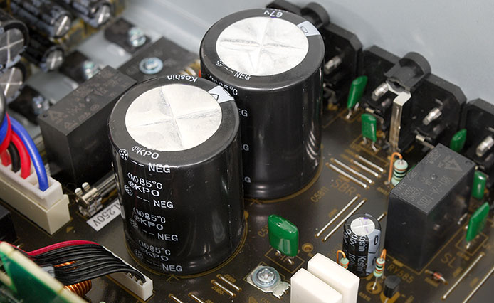 X1100Wの電源部に採用されている、大容量10,000uFのデノンカスタム品コンデンサ