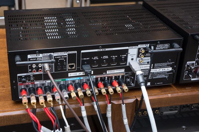 左がX1100W、右がX2100Wの背面。どちらもスピーカーターミナルがチャンネルごとに色分けされている