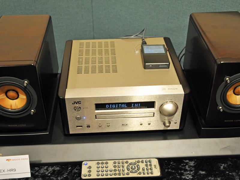 AK120を光デジタル接続してハイレゾ音源を再生しているところ