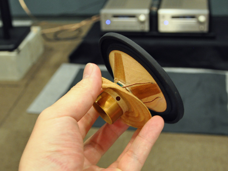 HR7はウーファユニットの裏に十字形の異方性振動板を搭載