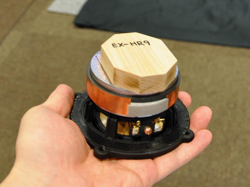 磁気回路の後部にメイプル材の八角形ウッドブロックを装着