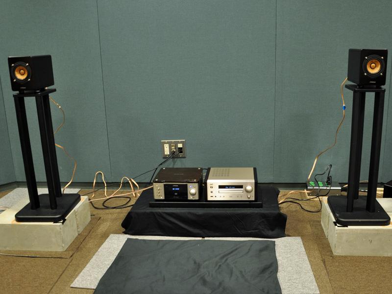 前モデルとの聴き比べデモの様子。中央左がAR7、右がHR9