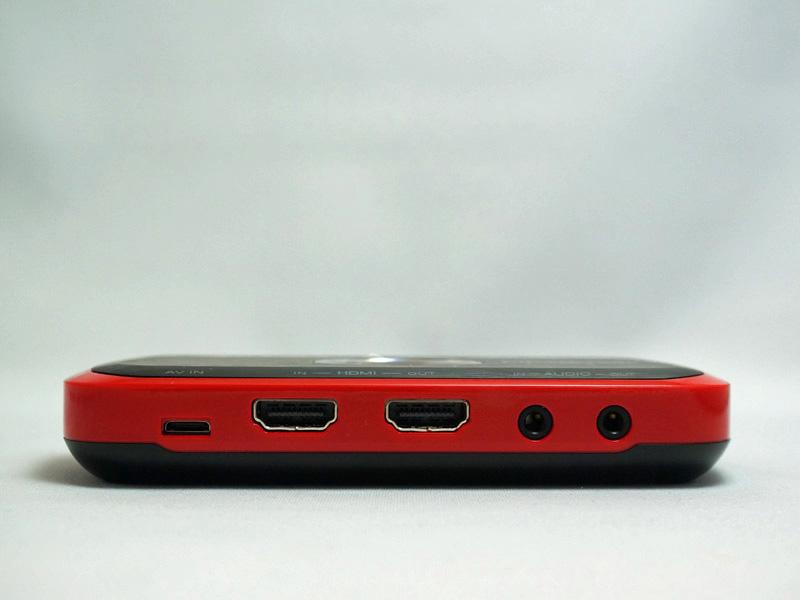 接続インターフェイス。左からPS3/コンポーネント用の専用端子、HDMI入出力、音声入出力