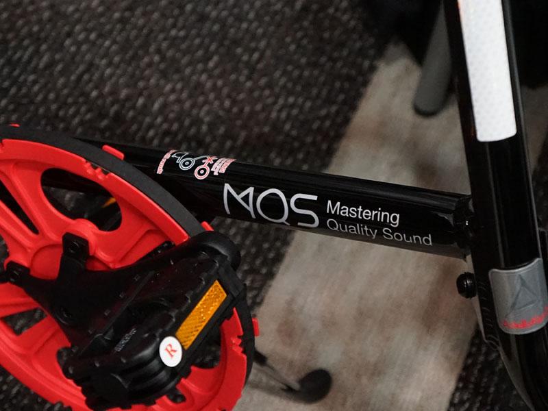 iriverのブースには、Astell&Kernブランドのカラーリングやロゴを配した自転車(STRIDA)も展示。非売品。AKシリーズのロゴマークと、自転車のフレームの形が似ている事から作られたという