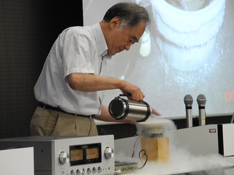 液体窒素を使い超伝導スピーカーを鳴らすデモも