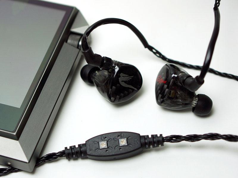 ケーブル途中のユニット。ドライバでダイヤルを回すと低音をコントロールできる