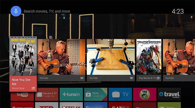 Android TVの操作画面。サムネイルを基本にしたシンプルな構成。背景には、再生(もしくは放送)中の映像が流れ続けている