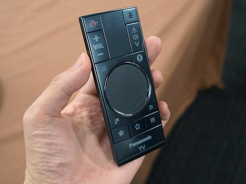 パナソニックが今期のテレビで採用している音声入力対応リモコン。中央のタッチパッドも操作に使う