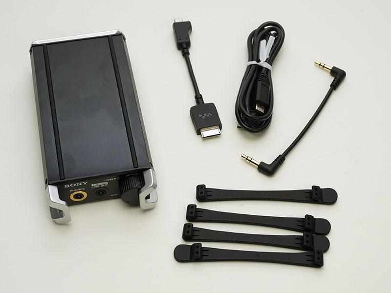 付属品一式。ウォークマン専用の接続ケーブルのほか、充電用USBケーブル、アナログ接続ケーブルがある。結束用ゴムバンドは4本付属する