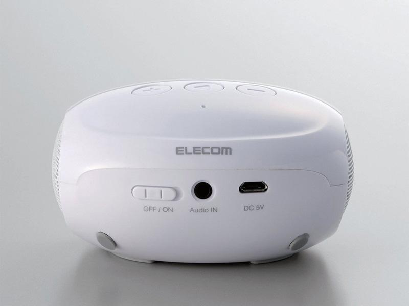 背面には音声入力端子や充電用USBを装備