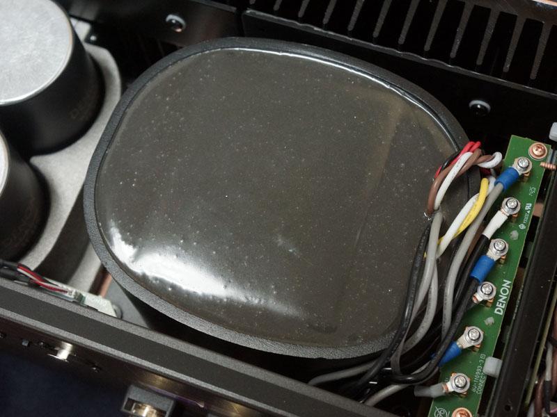 砂型アルミ鋳物のケースに覆われた電源トランス