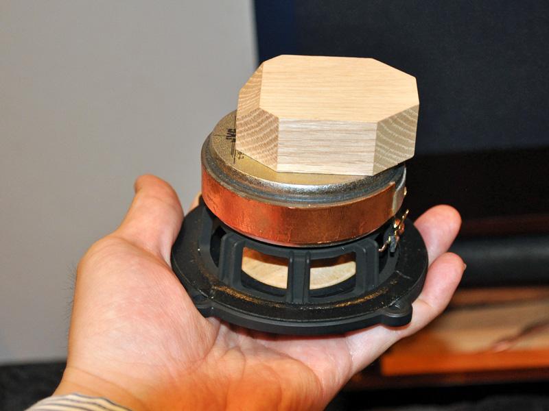 厚みのある大型ウッドブロックを採用