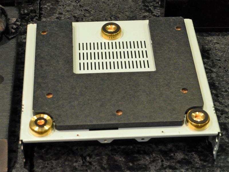 メインユニット底面のインシュレーターは位置によって滑り止めゴムの大きさを変え、低音の響きを高めているという