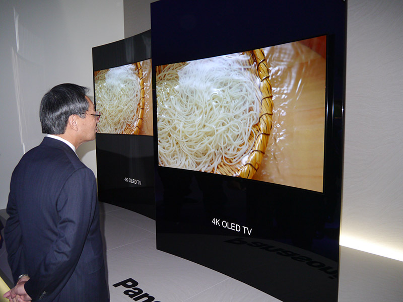 参考展示の曲面有機ELディスプレイを視察した津賀社長は時間をかけて様々な質問していたのが印象的だった