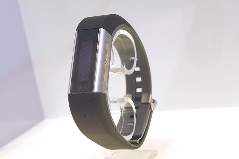 腕時計型のウェアラブル端末も参考展示。身体の情報や消費カロリー表示などが行なえるが、日本でも発表されたモデルとは別のものだという