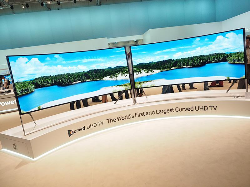世界一長いという105型の湾曲液晶テレビ