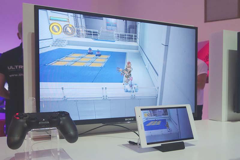 タブレットではアダプターを介したものだけでなく、スタンドなどを使って卓上でプレイするやり方も訴求する