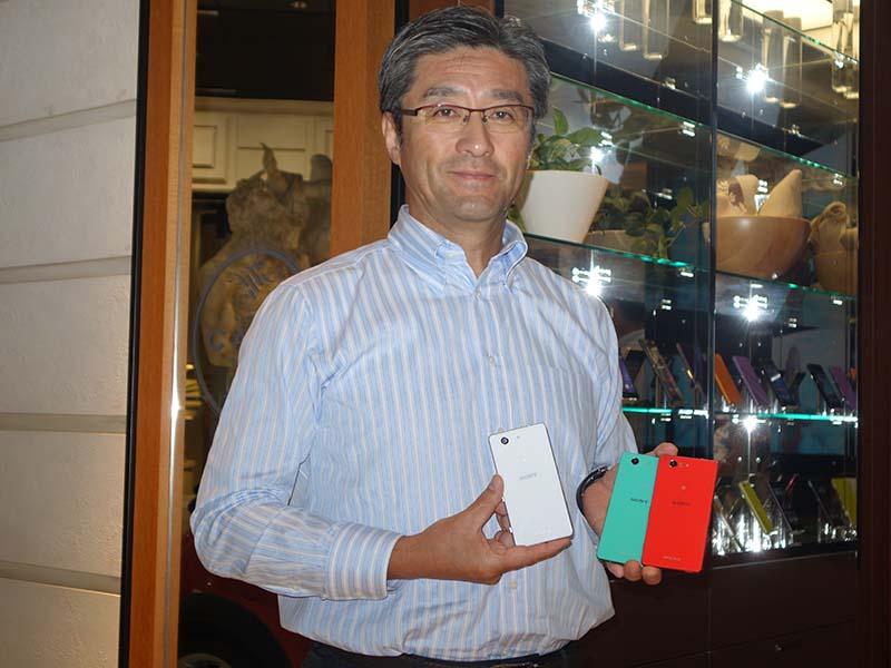 ソニーモバイルコミュニケーションズの鈴木国正社長。手にしているのは、Xperia Z3 Compact。日本でも年内の発売が予定されている