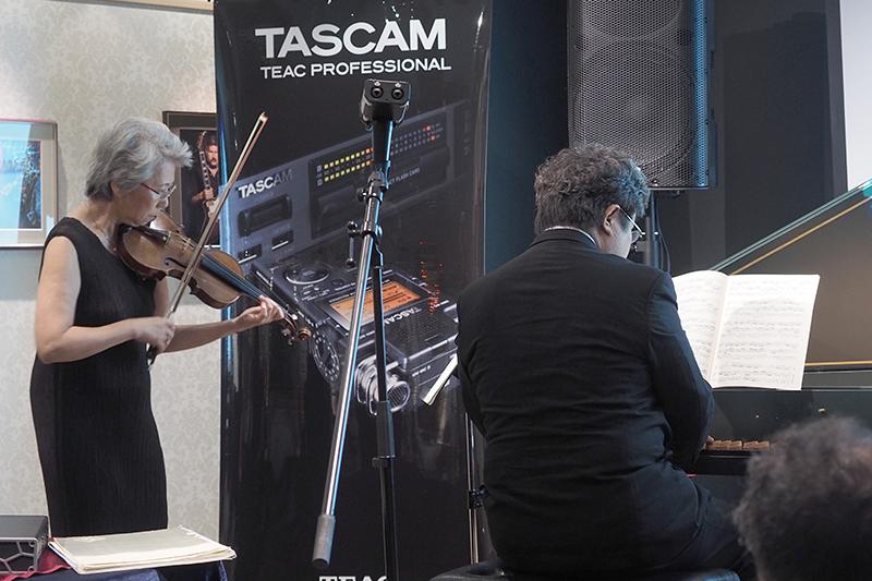 ドイツ・バイエルン放送交響楽団で約35年に渡り第一バイオリン奏者を務めた水島愛子さんによるバイオリンと、ピアニストの平沢匡朗さんによるチェンバロの生演奏が行なわれ、DR-44WLで録音した音を会場で披露