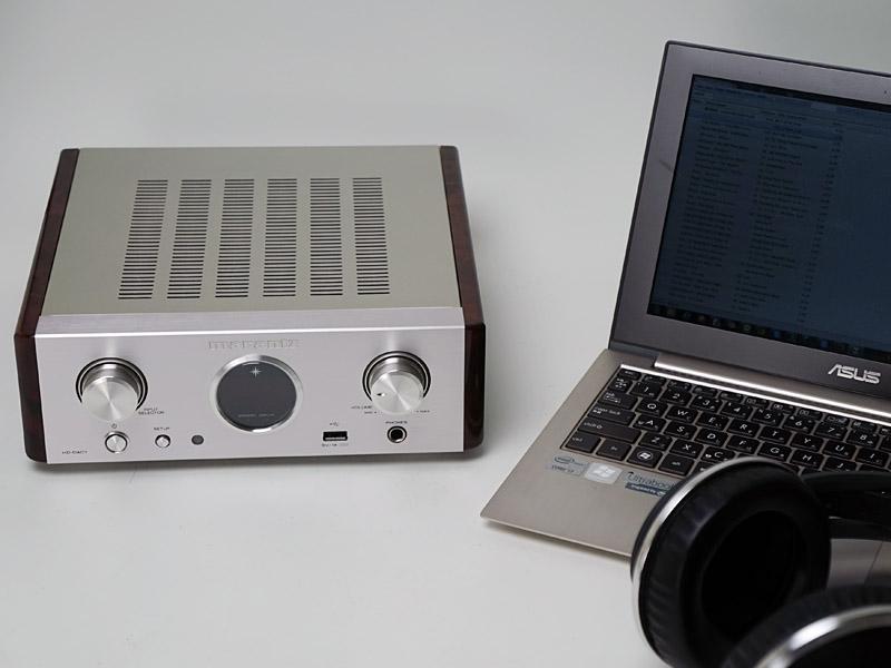 ノートパソコンと並べた使用イメージ。フルサイズコンポと比べると、横幅だけでなく奥行きも短いので、デスクトップの設置にも対応できる
