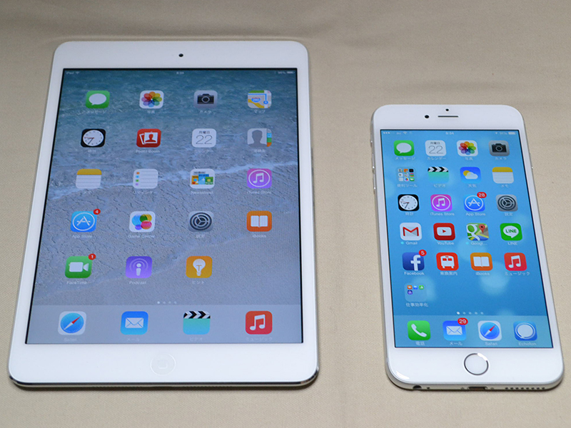 iPad mini(左)とiPhone 6 Plus(右)を比較