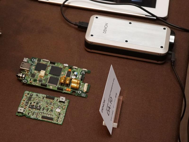 デノン初のポータブルUSB DAC/ヘッドフォンアンプ「DA-10」。内部基板も見ることができる