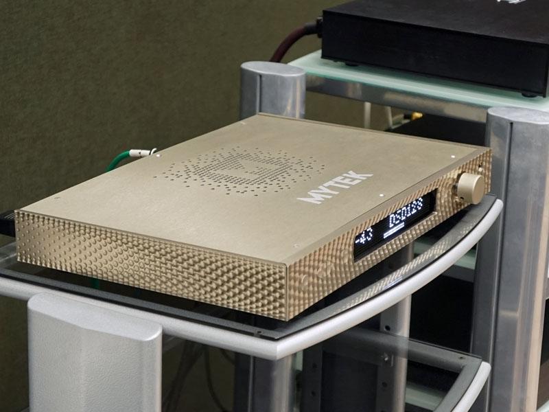 今井商事のブースでは、マイテック・デジタルのDSD 11.2MHz対応USB DACプリ「MANHATTAN DAC」を展示(10月発売/75万円)。DSD256(11.2M)と、384kHz/32bitのDXDをサポート。アナログ/デジタル部のデュアル電源仕様となっている
