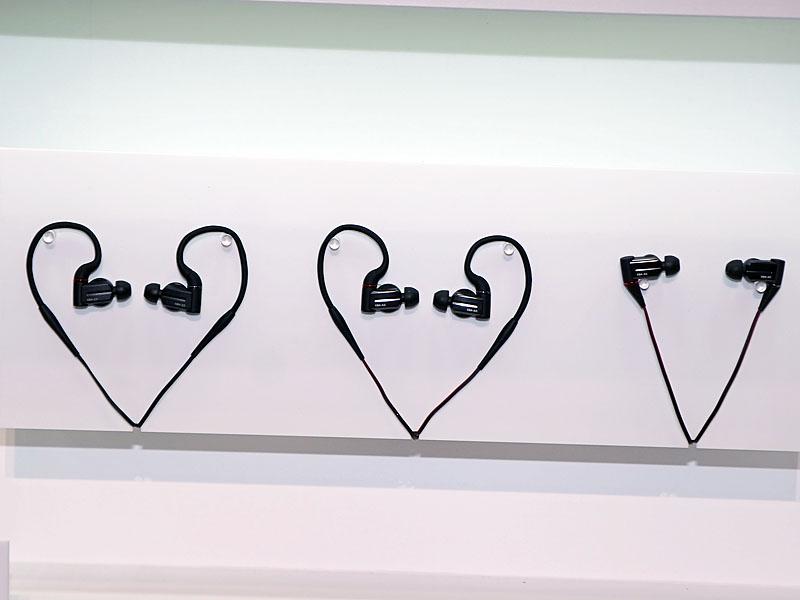 イヤフォンの新ラインナップ。左からXBA-Z5、XBA-A3、XBA-A2