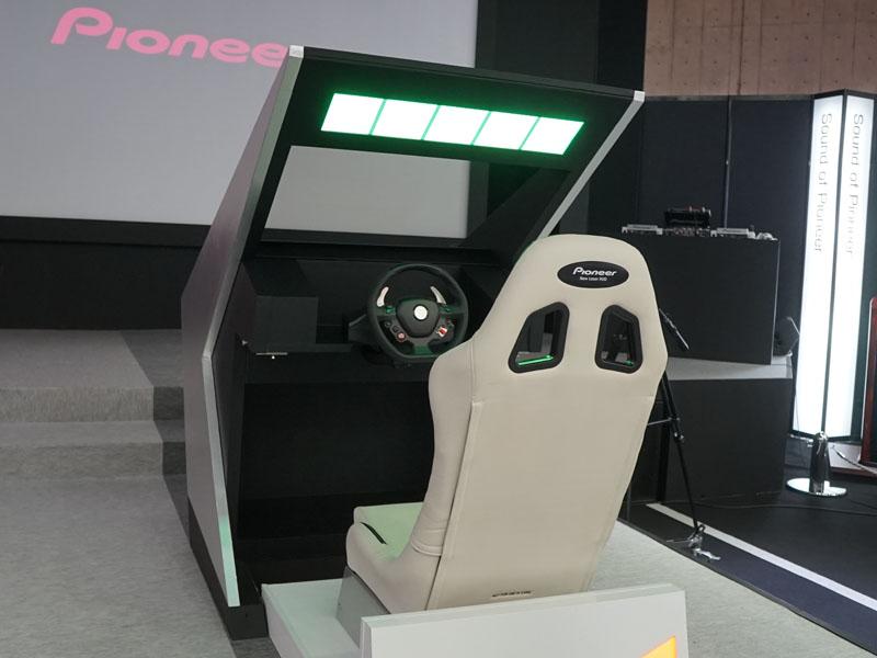 ダッシュボードに搭載したプロジェクタから、フロントガラスに投写する試作機