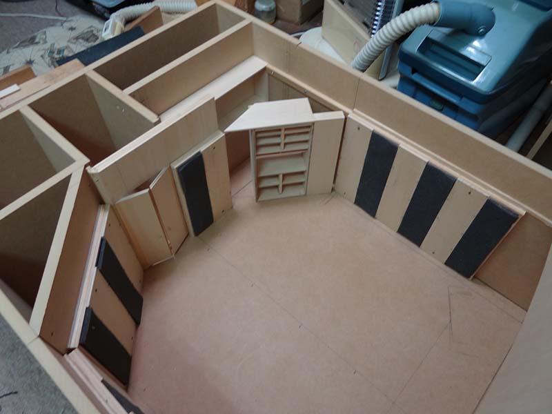 あるリスニングルームの1/10スケール模型(一例)。音響特性の検討に際しては、模型を製作して測定で確認することも。扉やラックなども精密に再現。細部までの拘りに感服