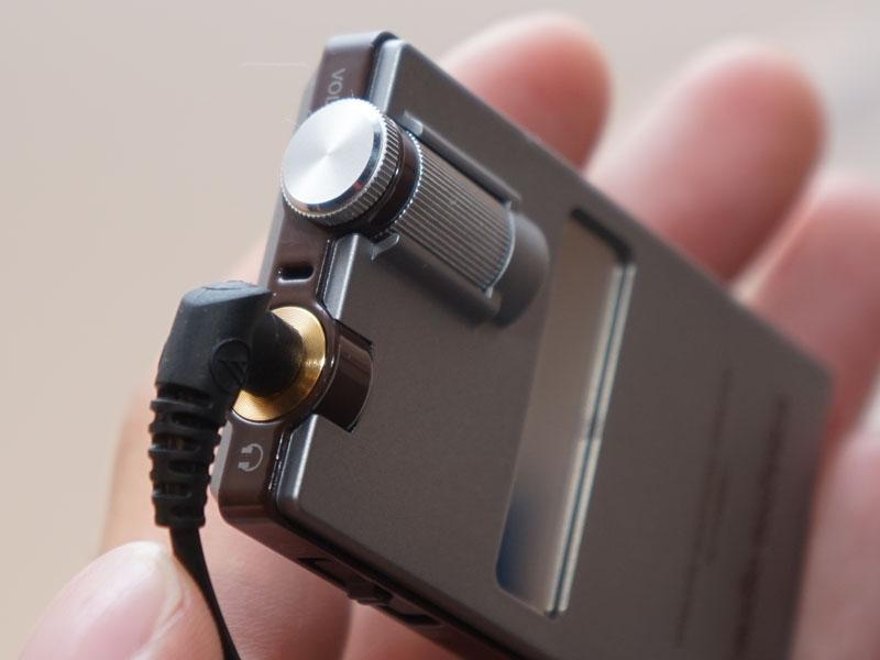 ステレオミニのヘッドフォン出力とロータリーボリュームを搭載