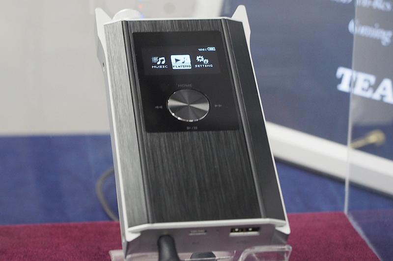参考展示されたDSD対応ポータブルプレーヤー「HA-P90SD」