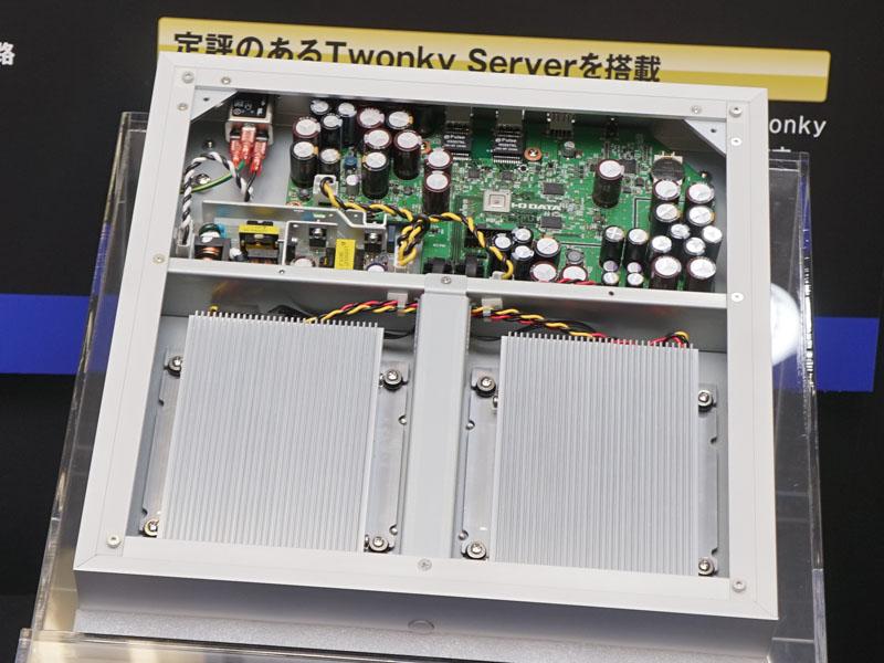 筐体内部。手前にHDD/SSDドライブが入る