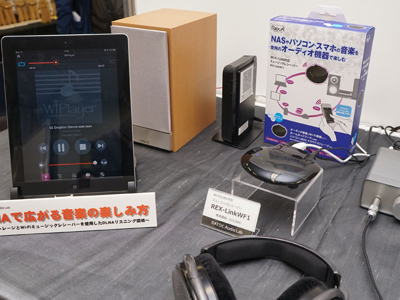 無線LAN対応のSDカードリーダ「REX-WIFISD1」が、ファームアップでDLNAサーバーになる予定。タブレットとの連携デモを行なっていた