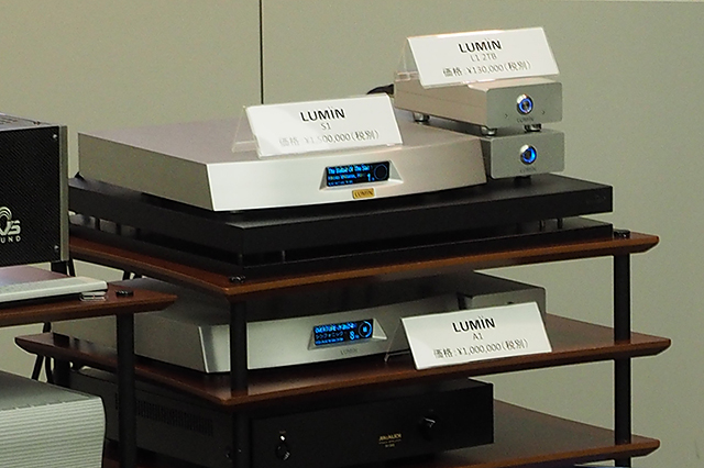 LUMIN製品。右上の2台がサーバーのL1、下がプレーヤーのA1
